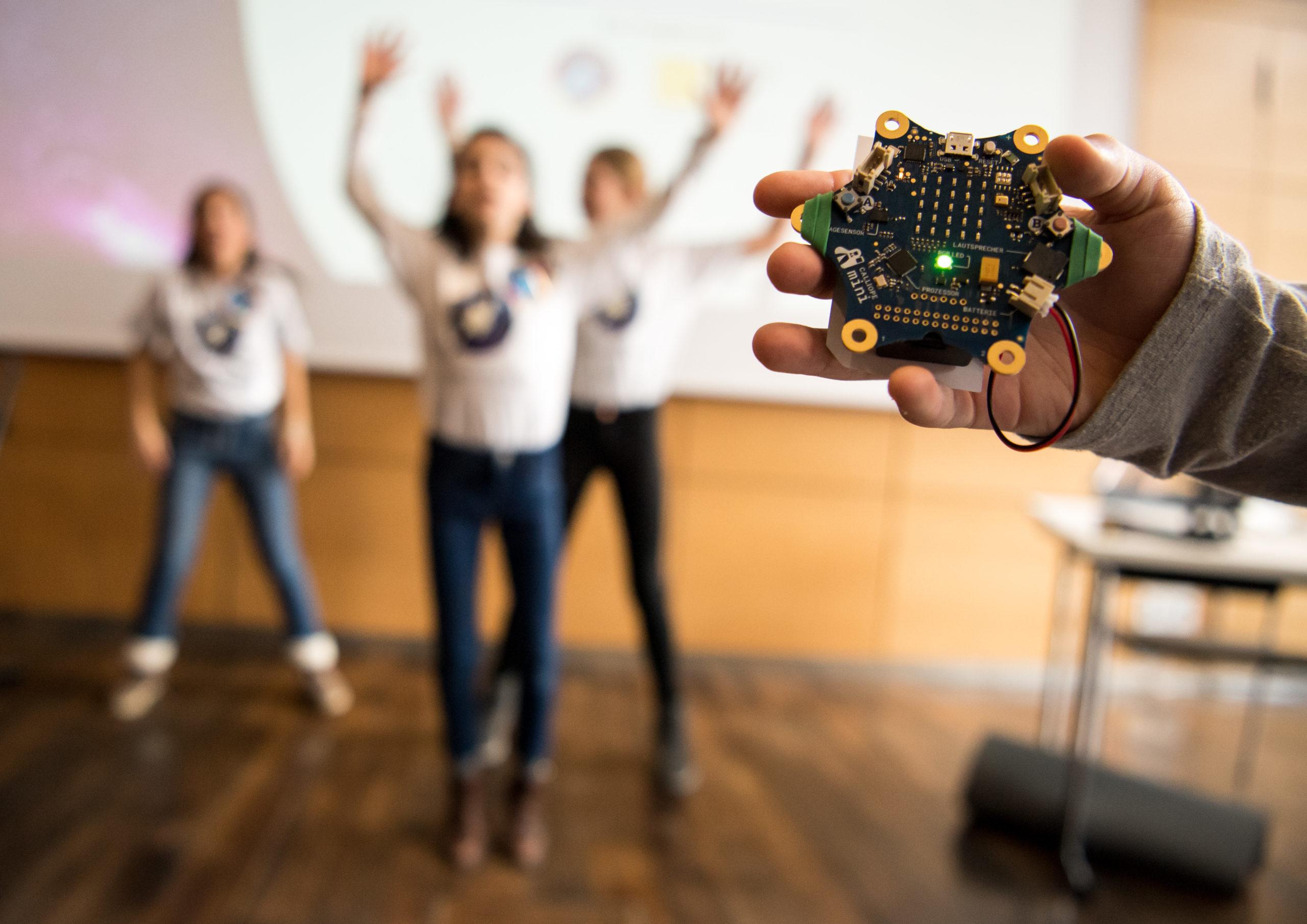 Mit dem Wettbewerb Code4Space greifen Grundschüler*innen nach den Sternen und lernen dabei spielerisch programmieren. (c) Fraunhofer IAIS/Lukas Barth-Tuttas